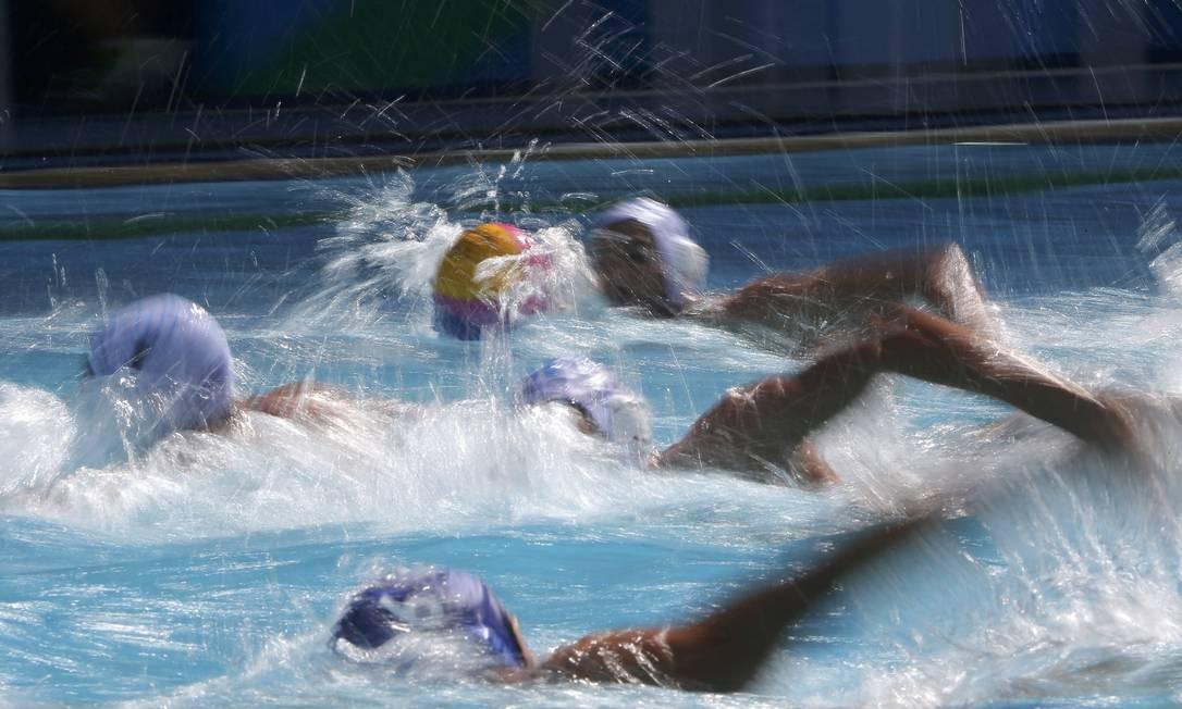 Pólo aquático masculino, Jogadores da Grécia e Japão lutam pela bola LASZLO BALOGH / REUTERS