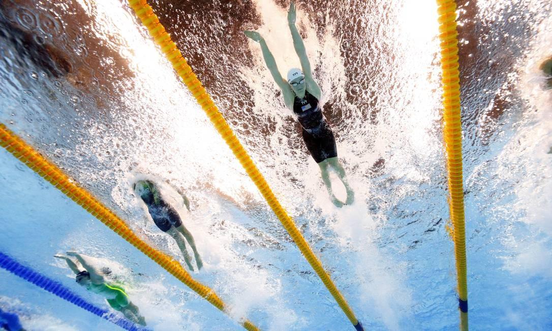 Kelsi Worrell dos Estados Unidos a direita nos 100m borboleta feminino David J. Phillip / AP