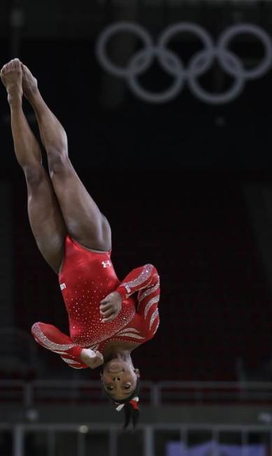 Simone Biles treinando antes do início dos Jogos Rebecca Blackwell / AP