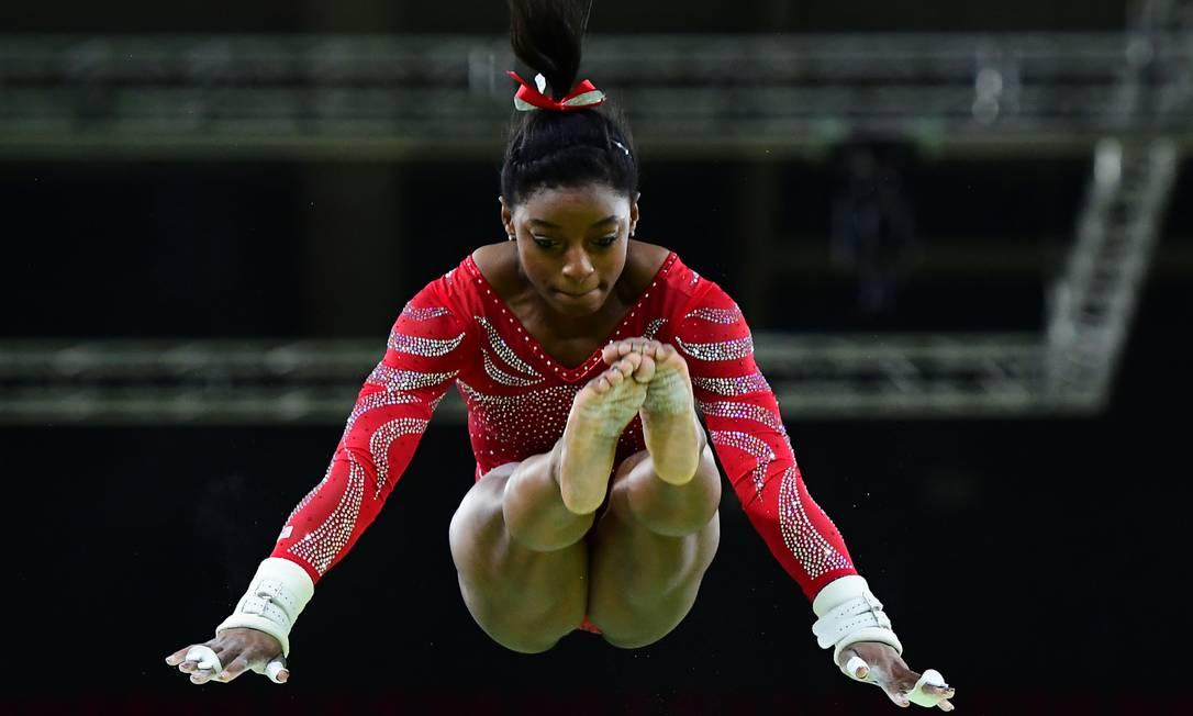 A americana Simone Biles nas barras assimétricas da ginástica artística, na Arena Olímpica EMMANUEL DUNAND / AFP