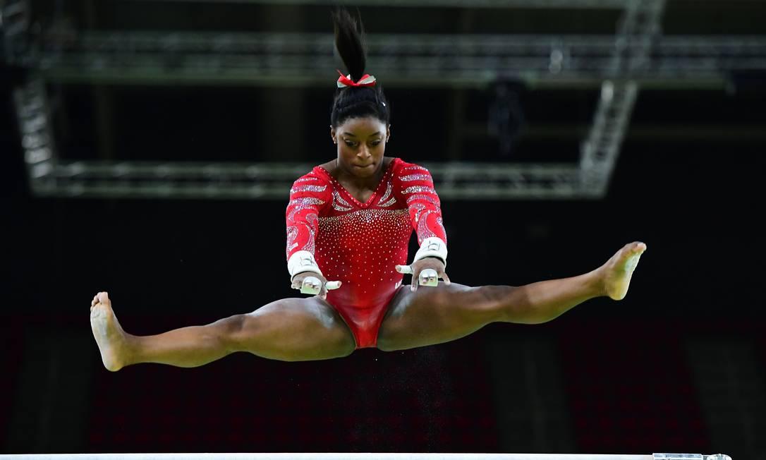 Simone Biles nas barras assimétricas da ginástica artística EMMANUEL DUNAND / AFP