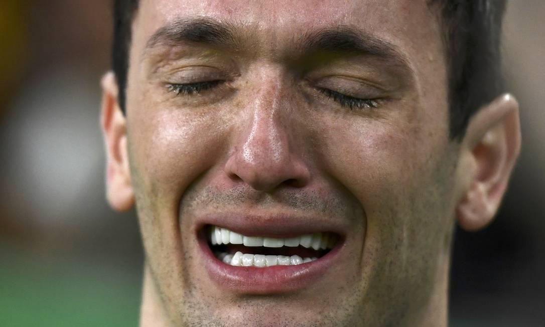 O ginasta Diego Hypólito chora durante qualificações dos homens DYLAN MARTINEZ / REUTERS
