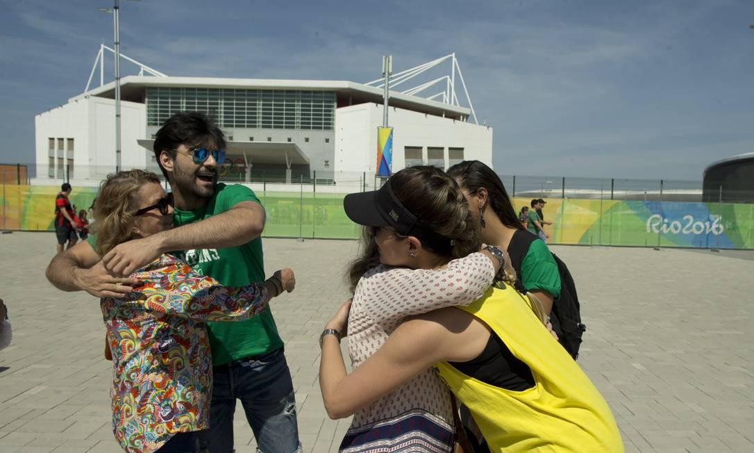Grupo de Belo Horizonte, e outros integrantes de Niterói, distribuem abraços grátis na entrada do Parque Olímpico Márcia Foletto / Agência O Globo