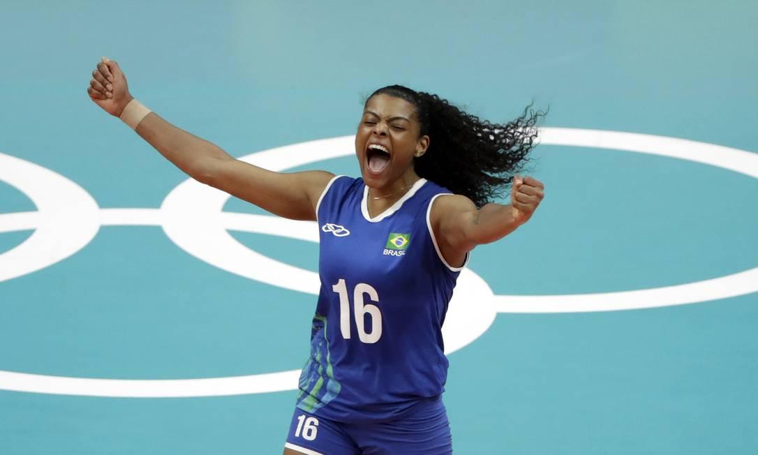 Fernanda Rodrigues comemora durante a partida de volei feminino contra Camarões Matt Rourke / AP