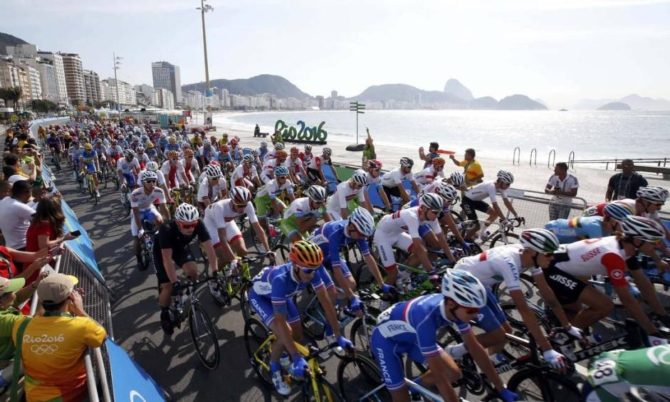 A prova masculina de cliclismo de estrada iniciou na praia de Copacabana Foto: ERIC GAILLARD / REUTERS