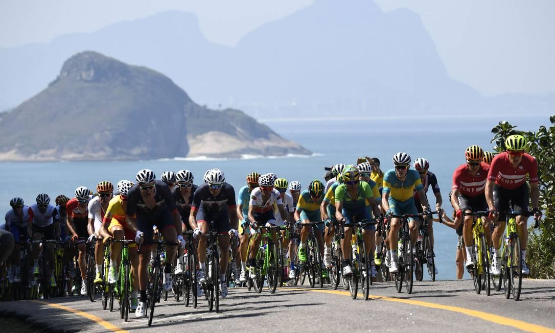 Os ciclistas pedalaram de baixo de sol forte e ao lado das mais belas paisagens da cidade ERIC FEFERBERG / AFP
