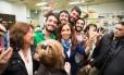 Ex-presidente Cristina Kirchner posa com jovens durante evento em agosto
