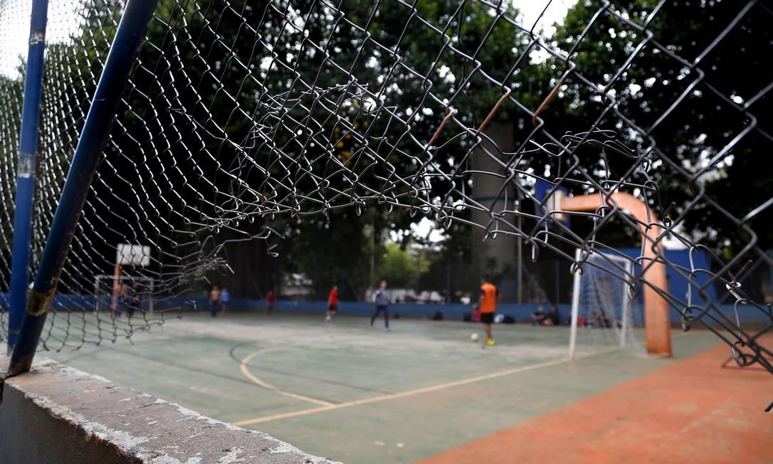 Alunos da Escola Técnica Prof. Camargo Aranha, na Zona Leste de São Paulo, usam as instalações do Parque da Mooca e relatam roubos de equipamentos e de objetos pessoais pela falta de segurança no local Foto: Edilson Dantas / Agência O Globo