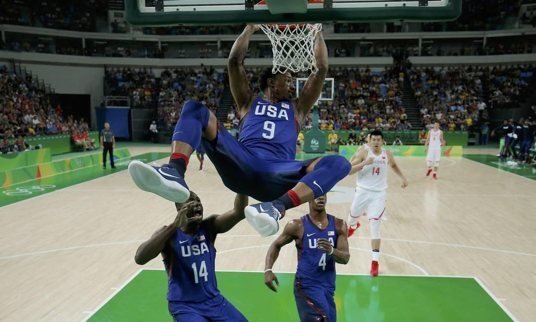 O americano Demar DeRozan, se pendura no aro durante a partida dos EUA contra a China EUA, pelo Grupo A JIM YOUNG / REUTERS