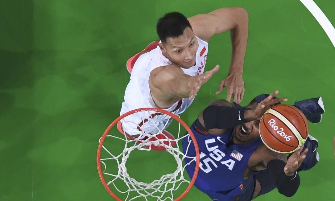 Carmelo Anthony, dos EUA, sobe e marca para a seleção americana POOL / REUTERS