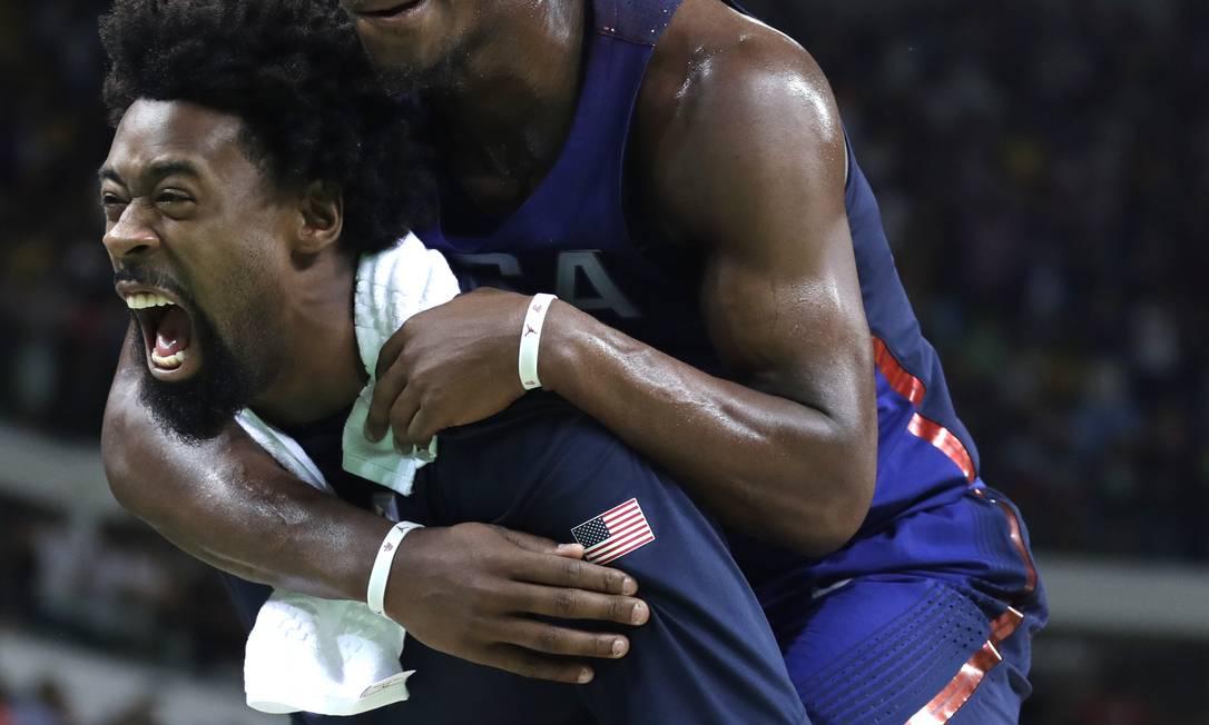 DeAndre Jordan e Jimmy Butler, comemoraram mais um ponto da seleção americana Charlie Neibergall / AP
