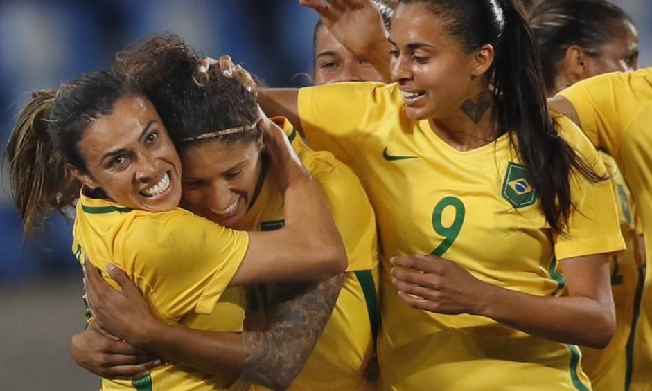 Jogadoras da seleção brasileira festejam gol: rotina contra a Suécia no Engenhão Foto: ANTONIO SCORZA / Agência O Globo