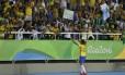 Marta comemora com o público um dos gols que marcou no jogo contra a Suécia