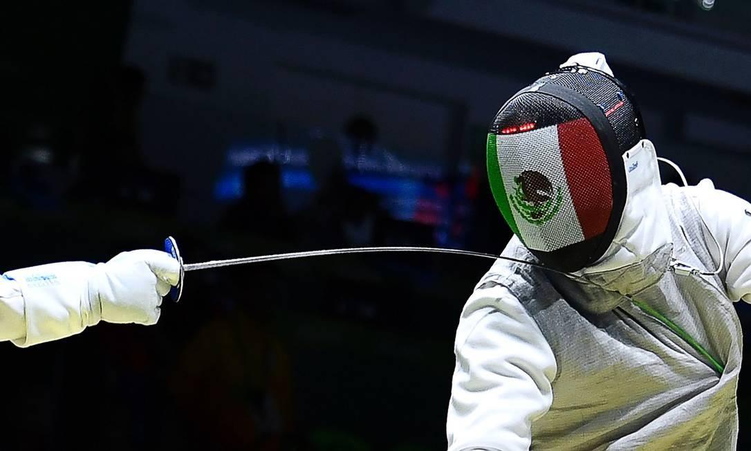 Giorgio Avola da Itália (E) compete contra o Méxicano Daniel Gomez FABRICE COFFRINI / AFP