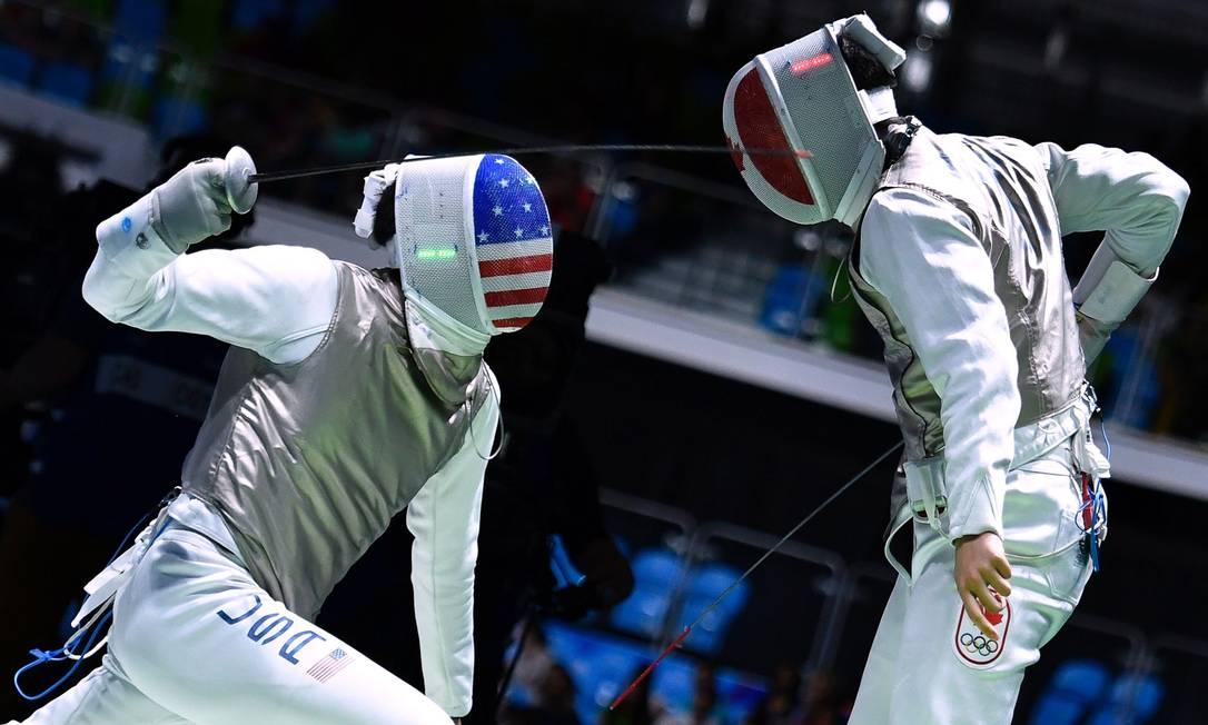 O Americano Gerek Meinhardt (E) compete contra o Canadense Maximilien Van Haaster FABRICE COFFRINI / AFP