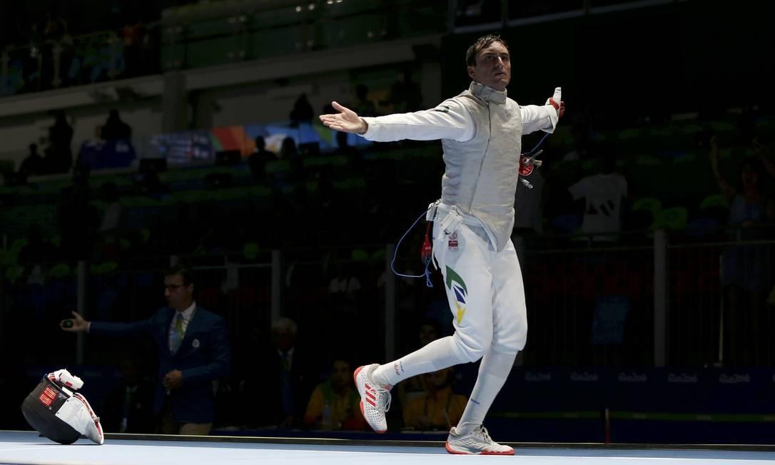 Guilherme Toldo (BRA) do Brasil (D) comemora depois de ganhar a disputa contra Yuki Ota (JPN) do Japão ISSEI KATO / REUTERS