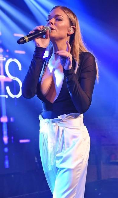 O look de LeAnn Rimes tinah cores contidas, ousado era o decote que a cantora country escolheu para o show que fez na boate G-A-Y, neste sábado, em Londres AKM-GSI