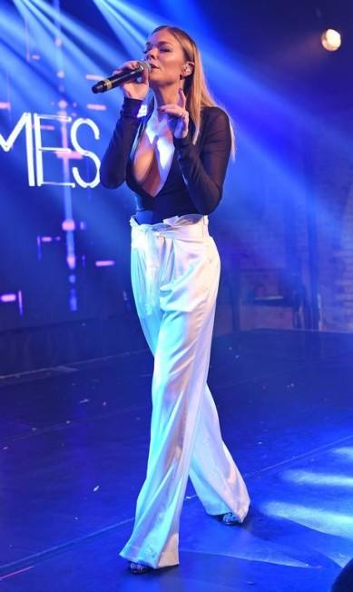 LeAnn Rimes: decote abusado no palco AKM-GSI
