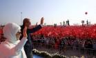 Erdogan com a mulher, Emine Gulbaran, diante da multidão em Istambul: resposta ao Ocidente Foto: REUTERS