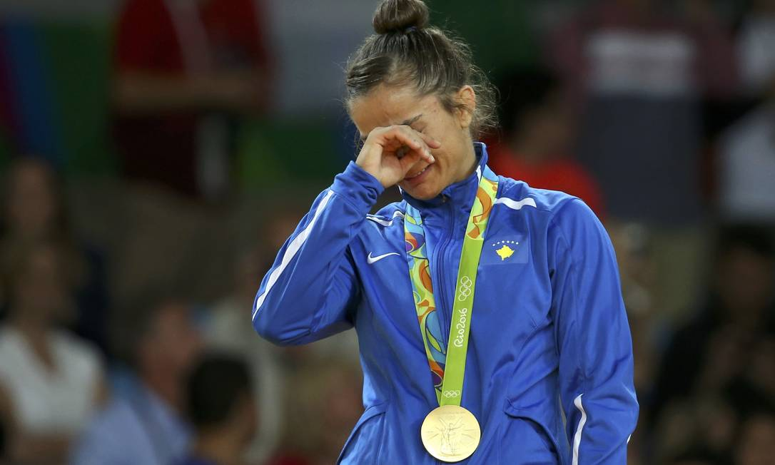 Majlinda Kelmendi, de Kosovo, chora ao receber a medalha de ouro no judô TORU HANAI / REUTERS