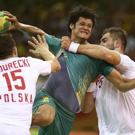 O armador Thiagus prepara o chute contra o gol da Polônia, marcado por dois adversários Foto: MARKO DJURICA / REUTERS