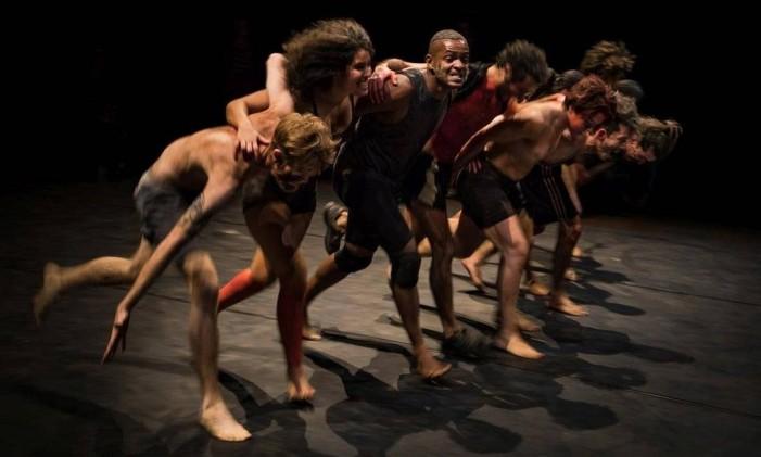Intenso. Marcado pelo barulho dos pés batendo no chão, o espetáculo mostra que a união é sinônimo de potência Foto: Divulgação/ Sammi Landweer