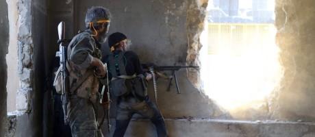 Combatentes rebeldes trocam tiros com forças do governo no distrito de Ramussa, em Aleppo Foto: FADI AL-HALABI / AFP
