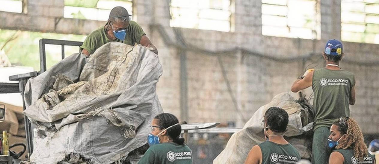 Catadores trabalham no galpão da Ecco Ponto, separando o lixo reciclável recolhido na Olimpíada: 240 profissionais de 33 cooperativas fazem o serviço, que rende R$ 80 por dia, além de alimentação e transporte Foto: Ana Branco