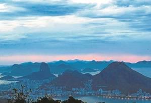O amanhecer na Vista Chinesa é um dos campeões de registros. E lá, em meio à profusão de sotaques, sobressai o dos cariocas Foto: Pedro Teixeira