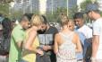 Cambistas negociam com turistas: entradas vendidas a R$ 100 na bilheteria eram oferecidas por R$ 250. Prisão de três homens no dia anterior não inibiu grupo