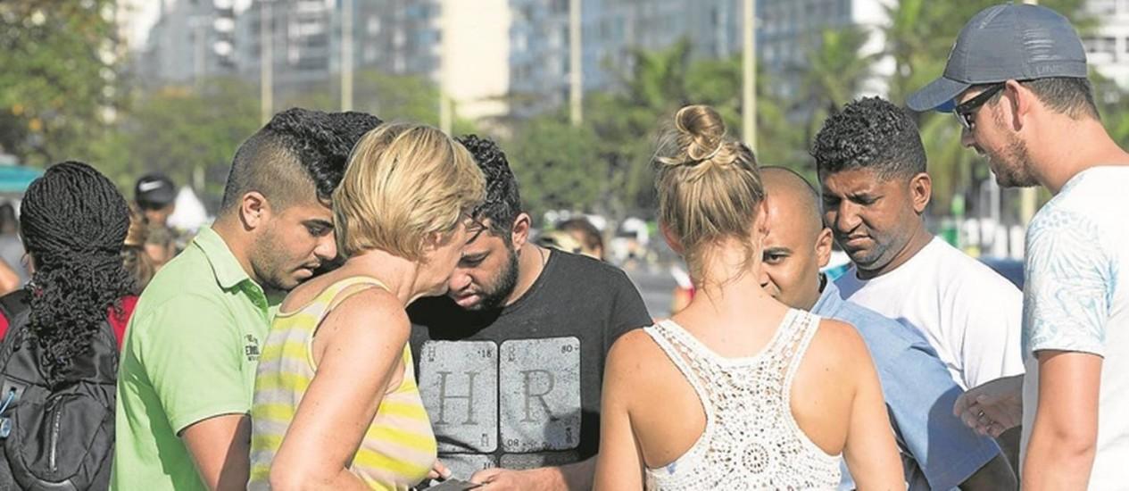 Cambistas negociam com turistas: entradas vendidas a R$ 100 na bilheteria eram oferecidas por R$ 250. Prisão de três homens no dia anterior não inibiu grupo Foto: Márcia Foletto