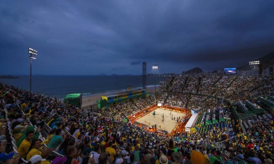Torcedores lotam a Arena de Vôlei de Praia, em Copacabana Foto: Daniel Marenco / Agência O Globo