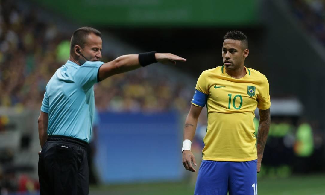 Juiz fala com Neymar durante o jogo Brasil x Iraque Eraldo Peres / AP