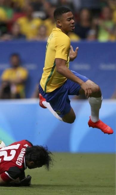 Gabriel Jesus tenta o gol, mas o goleiro iraquiano Hameed Mohammed sai aos pés do atacante brasileiro UESLEI MARCELINO / REUTERS