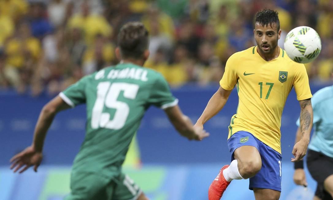 Felipe Anderson tenta o domínio da bola diante da marcação iraquiana UESLEI MARCELINO / REUTERS