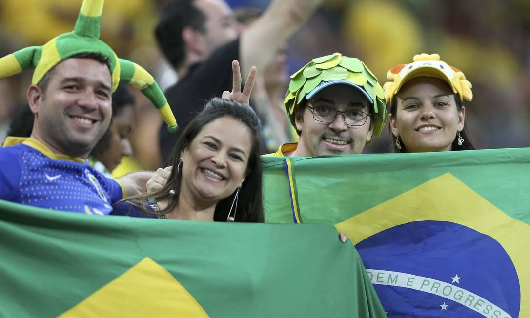 A torcida brasileira sorri no Mané Garrincha antes de começar o jogo entre Brasil e Iraque UESLEI MARCELINO / REUTERS