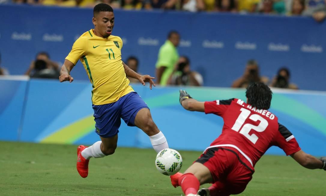 O goleiro do Iraque, Mohammed Hameed, sai aos pés de Gabriel Jesus para fazer a defesa Eraldo Peres / AP