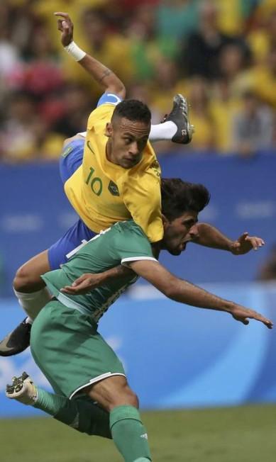 Neymar em lance acrobático UESLEI MARCELINO / REUTERS