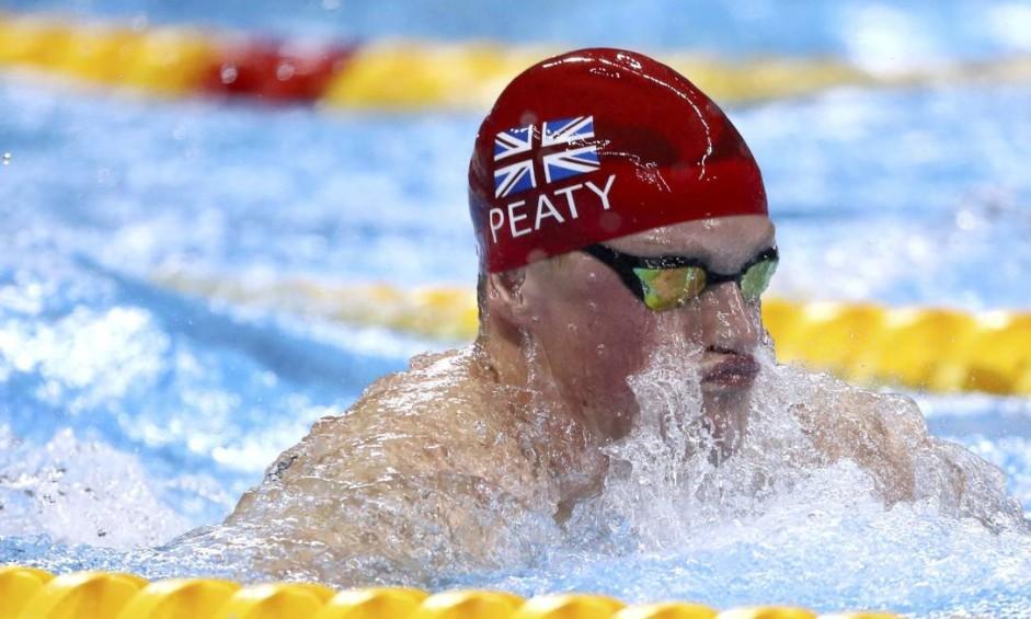 Adam Peat, do Reino Unido, vence a final dos 100m nado de peito e bate o recorde mundial Foto: STEFAN WERMUTH / REUTERS