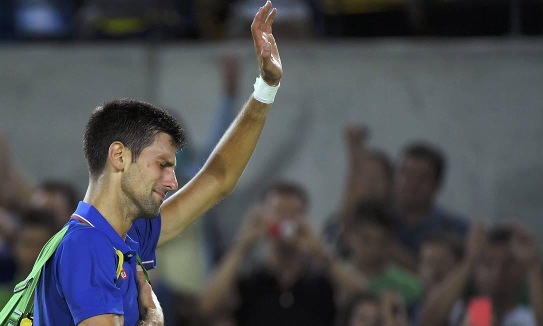 Sérvio Novak Djokovic chora após perder para o argentino Juan Martin Del Potro e dar adeus à disputa de simples do tênis Reuters