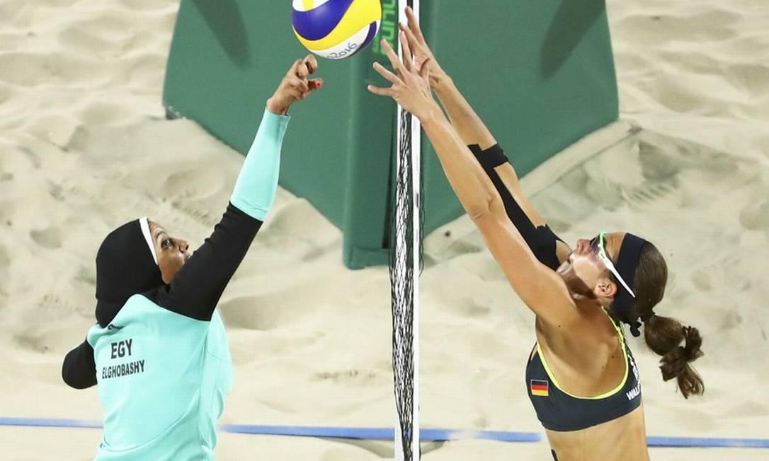 Vocês devem se lembrar dessa foto, mostrando o contraste entre a egípcia Doaa Elgobashy, toda coberta, e a alemã Kira Walkenhorst, com o bíquini usual das jogadoras de vôlei de praia Reuters