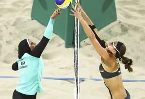 A egípcia Doaa Elgobashy, toda coberta, disputa um lance com a alemã Kira Walkenhorst Foto: Reuters