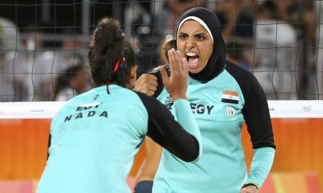 As egípcias Doaa Elghobashy e Nada Meawad chamaram atenção pelo uniforme fora do comum no esporte RUBEN SPRICH / REUTERS