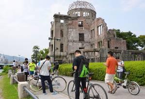 Foto tirada no dia 26 de julho mostra dezenas de pessoas caçando Pokémons no Parque Memorial da Paz de Hiroshima Foto: AP