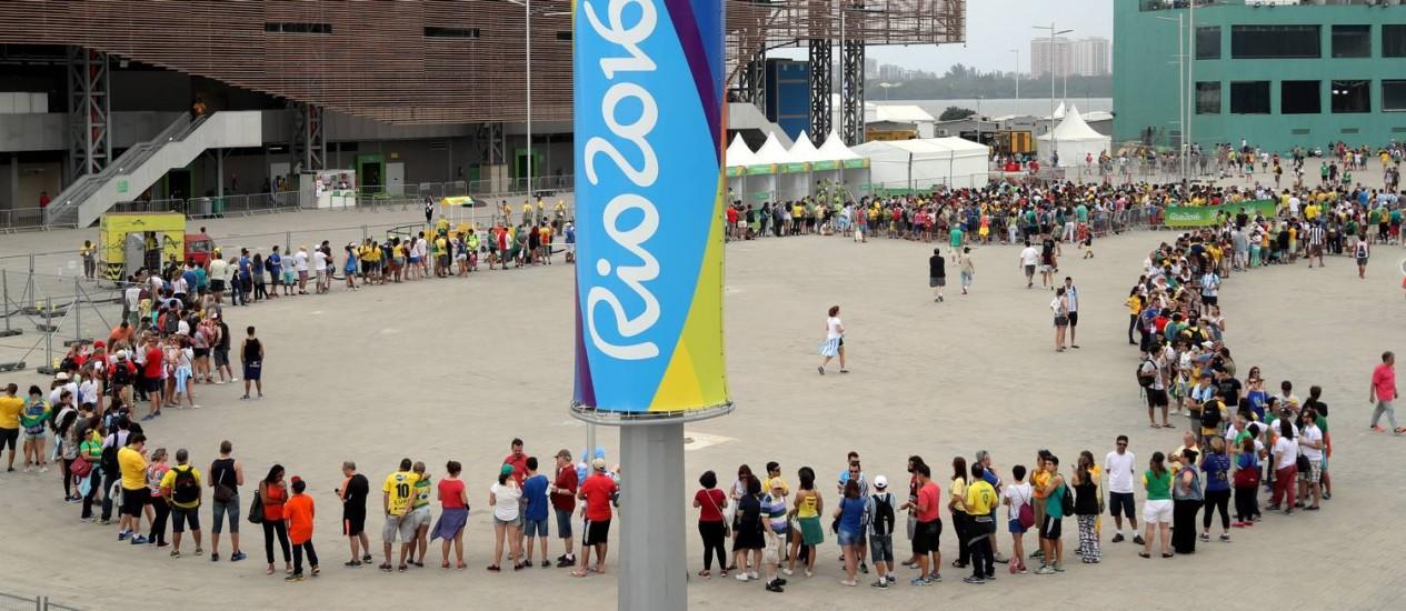 Enorme fila para entrar na Arena do Futuro, onde se disputam jogos de handebol Foto: Marcelo Carnaval / O Globo