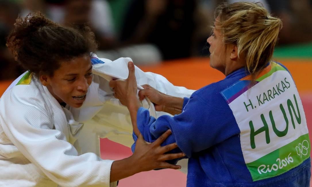 Rafaela Silva (à esquerda) passou à semifinal do judô após vencer a húngara Hedvig Karakas Pedro Kirilos / Agência O Globo