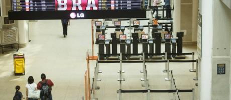 O Aeroporto Santos Dumont fecha no periodo de 12h50m as 17h10m por causa das competições de vela na Baía de Guanabara Foto: Fernando Lemos / Agência O Globo