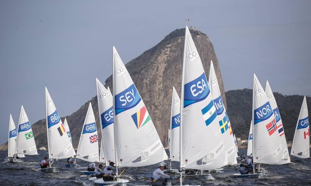 O brasileiro Robert Scheidt ficou em primeiro na segunda regata da série classificatoria na categoria laser, disputada na Baía da Guanabara, na manhã desta segunda-feira Daniel Marenco / Agência O Globo
