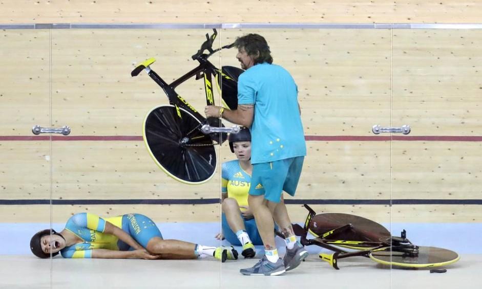 As atletlas da Austrália sofreram um acidente durante um treino do ciclismo de pista no velódromo do Rio Foto: Patrick Semansky / AP