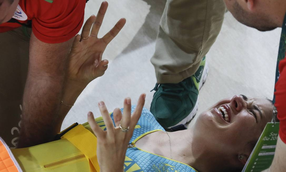 Melissa Hoskins se machucou mais seriamente e teve que ser socorrida pelos médicos Pavel Golovkin / AP